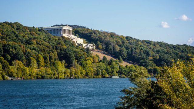Blick auf die Walhalla und die Donau in Donaustauf bei Regensburg
